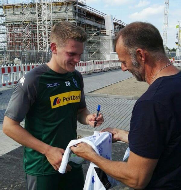Matthias Ginter beim Trikot-Signieren