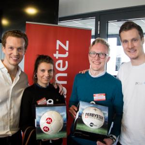 Patrick Pietruck (i.) und Marcell Jansen (r.) rahmen die Gewinner ein