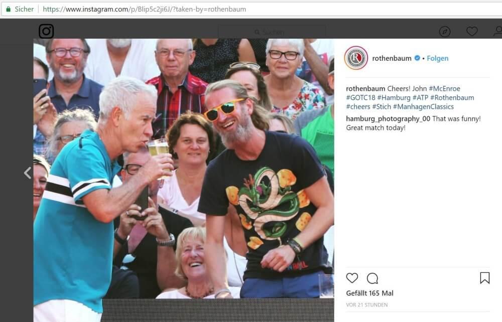 John McEnroe trinkt Bier von Zuschauer