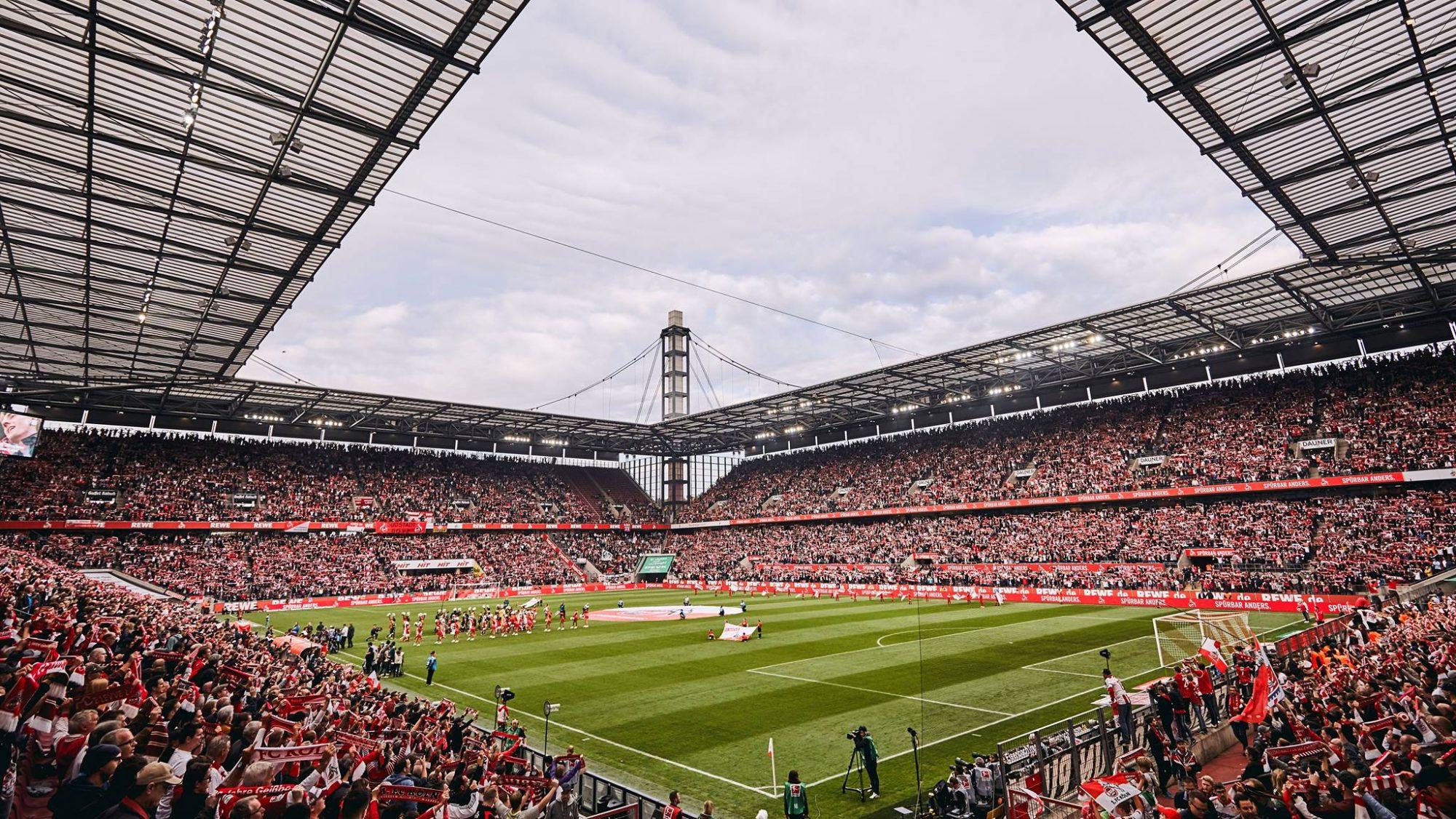 Menschen in RheinEnergie Stadion