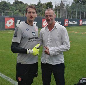 Friedhelm Mienert und Rene Adler beim Interview auf einem Fußballplatz