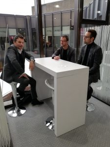 Fußball Bundesliga Manager sitzen zusammen an einem Tisch