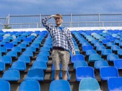 Leere Plätze auf der Stadiontribüne