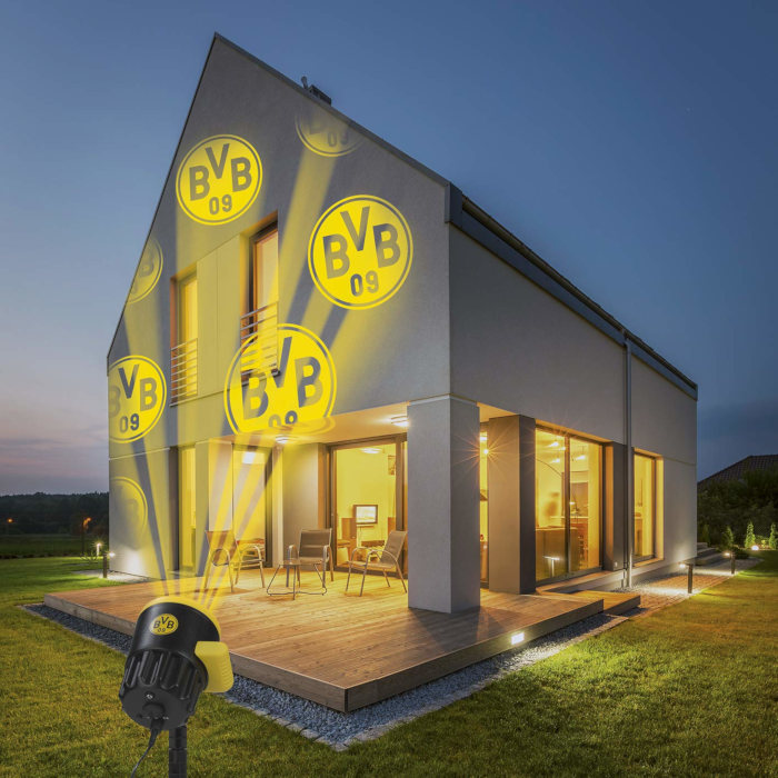 Projektor strahlt Logo an Hauswand
