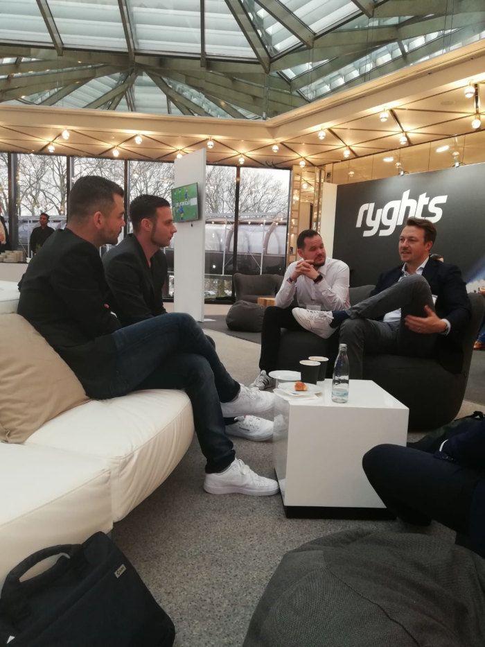 vier Männer in Sitzecke und diskutieren