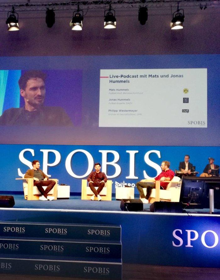 Mats Hummels auf Bühne mit vier weiteren Personen und diskutiert