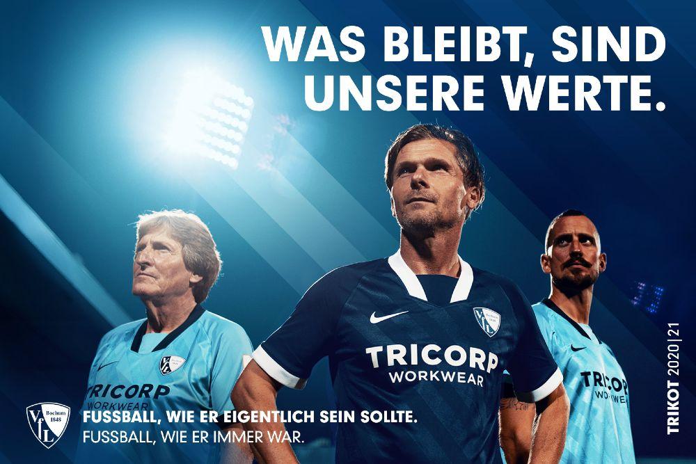 Drei Männer in Fußballtrikots vor blauem Hintergrund. Was bleibt, sind unsere Werte