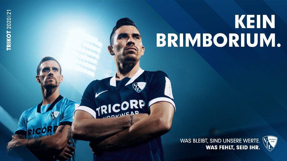 Zwei Fußballspieler mit verschränkten Armen vor blauem Hintergrund