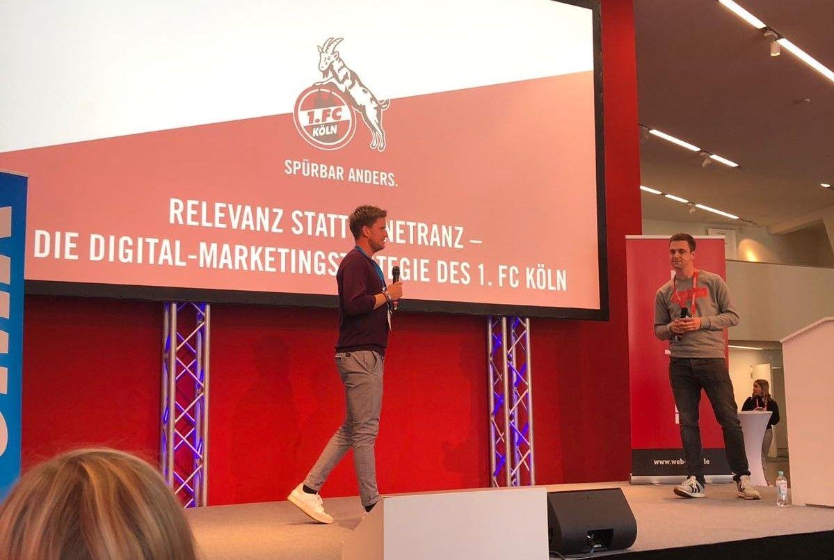 Hauke Böckmann (links) vom 1. FC Köln und web-netz zusammen on stage bei der OMK 2019 in Lüneburg