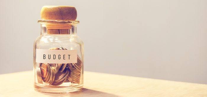 Budget-Tintenglas, befüllt mit Geld