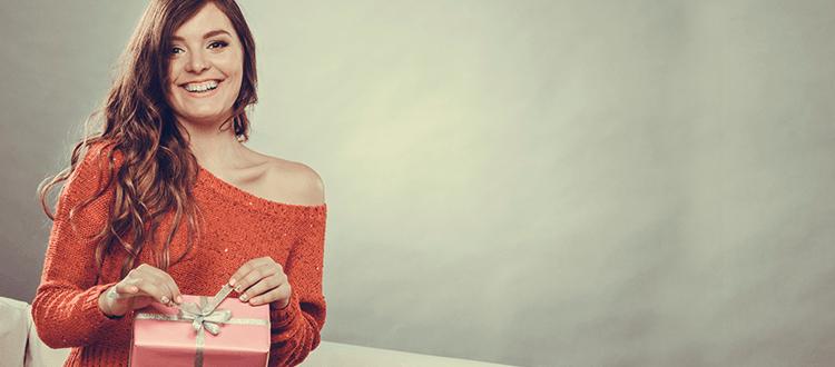 Frau freut sich über ein Geschenk