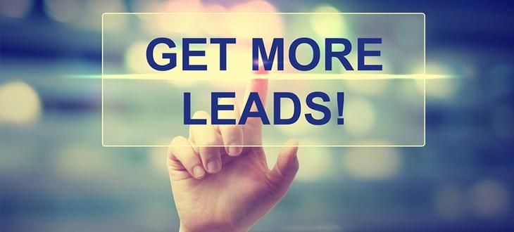 "Finger tippt auf transparente Fläche mit dem Text ""get more leads"""