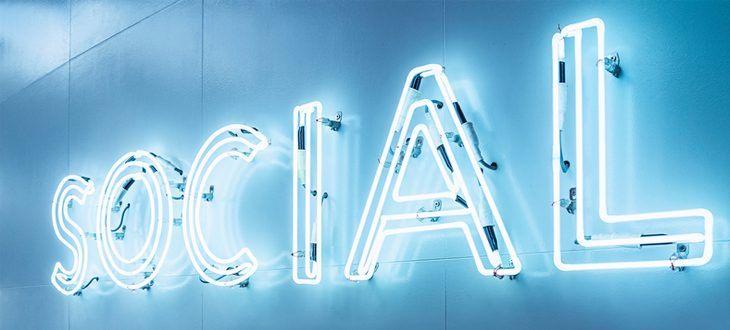 Leuchtende Neonleuchten mit dem Wort Social
